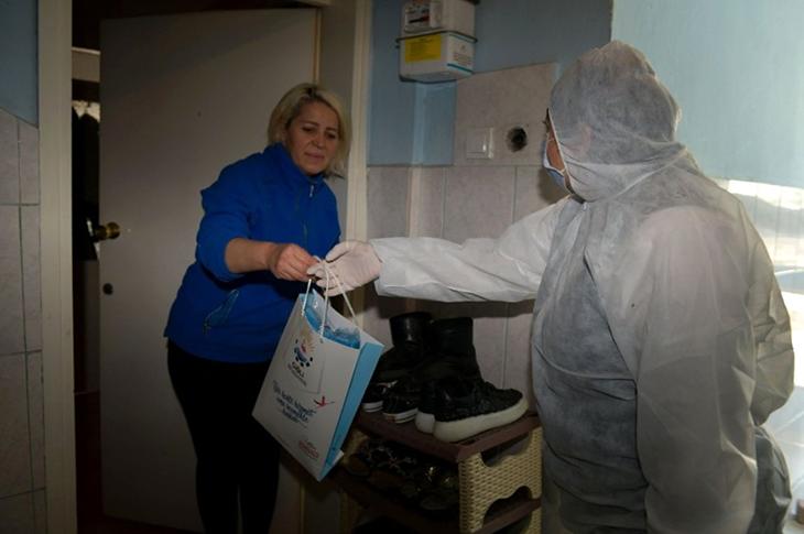 Çiğli'de Yaşlı ve Engellilere Medikal Yıkama Seti Dağıtıldı