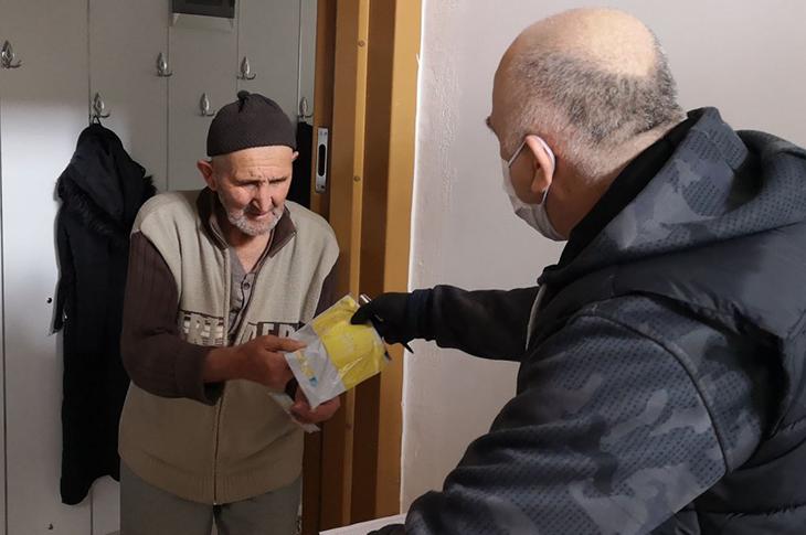 İstanbul'da Sosyal Yardım Paraları Evlere Teslim Ediliyor