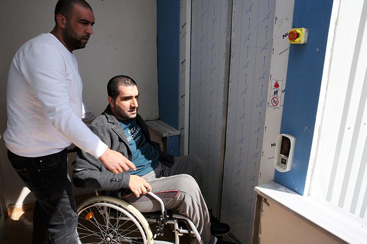 Engelli Genç Asansör Sayesinde 12 Yıl Sonra Sokağa Çıktı