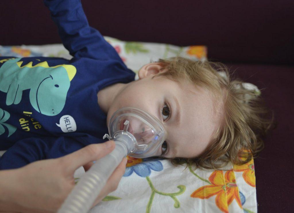 İsmail Çağan solunum cihazı borusuyla nefes alıyor.