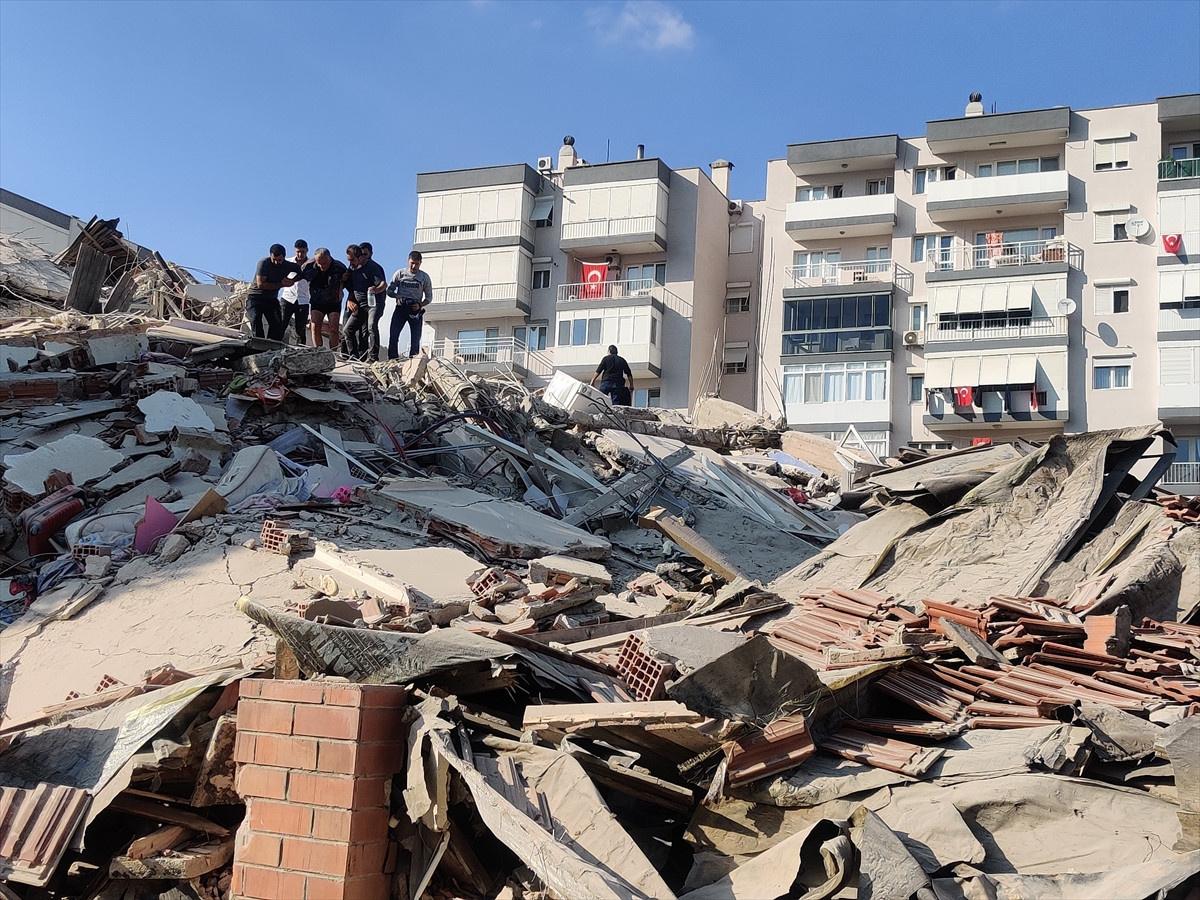 İzmir'de 6.6 Büyüklüğünde Deprem! Enkaz Altındaki Vatandaşlar Kurtarılıyor