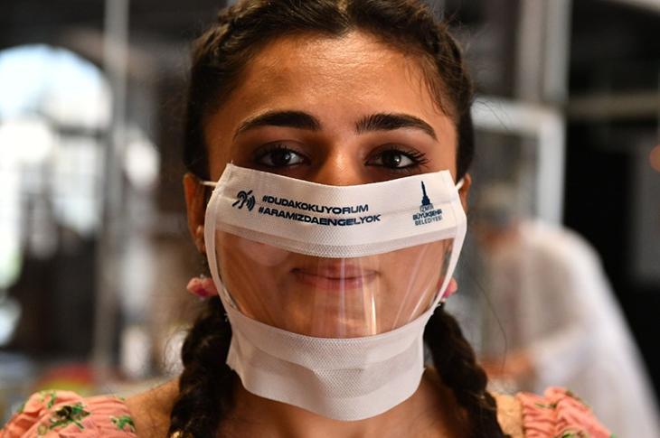 İzmir'de İşitme Engelliler İçin Üretilen Şeffaf Maskeye Rekor Talep