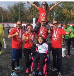 CP'li Büşra Ersoy maraton yarışları sonrası yanındaki 3 erkek 2 kadın gönüllüler ile birlikte mutluluk dolu bakışlarla yanyanalar.