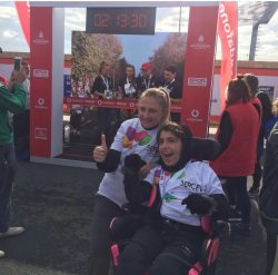 CP'li Büşra Ersoy maraton yarışları sonrası yanındaki annesi Edibe Sinem Ersoy ile zafer işareti yapıyorlar.