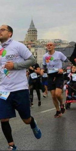 CP'li Büşra Ersoy maraton yarışları sırasında önünde koşan yarışmacılar ile birlikte koşu anı.