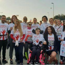 CP'li Büşra Ersoy maraton yarışlarına katıldığı gönüllülerle yan yana duruyorlar.