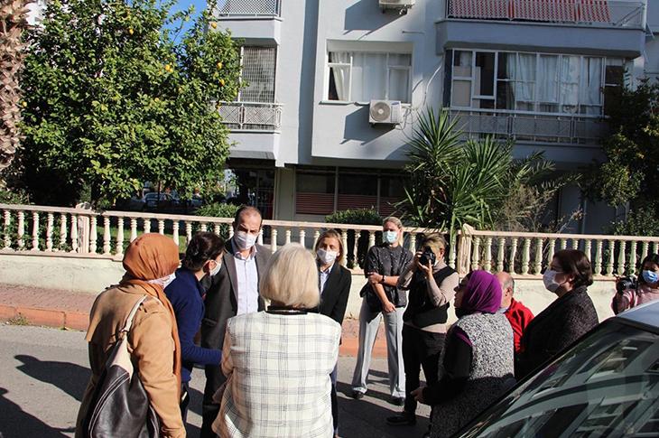 Zihinsel engelli oğlu olan aile ve bina sakinleri sokakta toplantı yapıyor