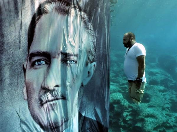 Engelli Dalgıç Suyun Altında Atatürk'e Saygı Duruşunda Bulundu