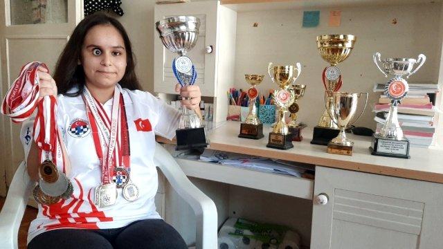 Görme Engelli Satranç Şampiyonu Büşra Öztürk Kanseri Şah-Mat Etti