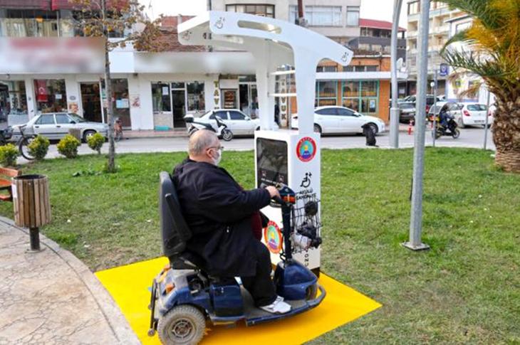 Bafra Belediyesi'nden Engelliler için Şarj İstasyonu Hizmete Başladı