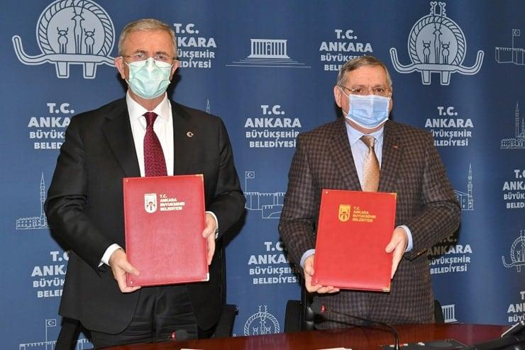 Ankara Büyükşehir Belediyesi Başkanı Mansur Yavaş ve Başkent Üniversitesi Rektörü Ali Haberal'ın ellerinde imzaladıkları protokol bulunuyor.