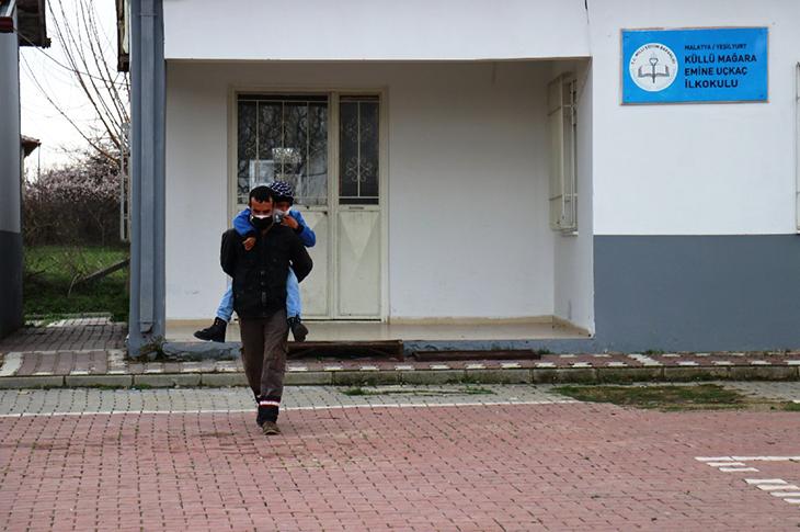 Engelli Babasının 'Sırtında Taşımalı Eğitim' Fedakarlığı