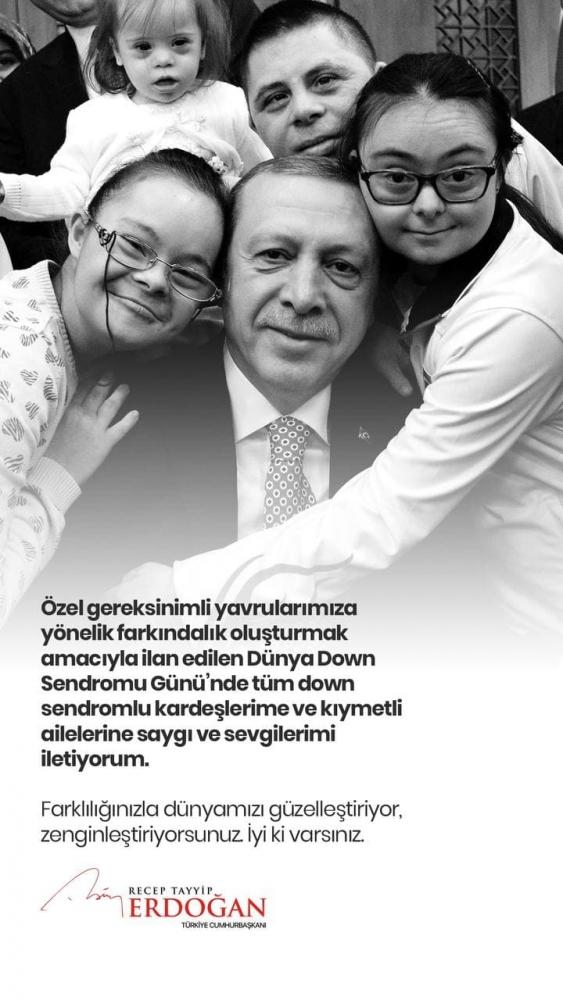 """Down Sendromlu çocuklar siyah beyaz fotoğrafta Cumhurbaşkanı Recep Tayyip Erdoğan'a sarılırken, mesaj metninde """"Özel gereksinimli yavrularımıza yönelik farkındalık oluşturmak amacıyla ilan edilen Dünya Down Sendromu Günü'nde tüm down sendromlu kardeşlerime ve kıymetli ailelerine saygı ve sevgilerimi iletiyorum. Farkındalığınızla dünyamızı güzelleştiriyor, zenginleştiriyorsunuz. İyi ki varsınız."""" yazıyor."""