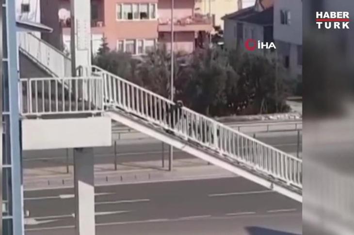 Asansör Bozulunca Akülü Aracını Kendi Taşıdı
