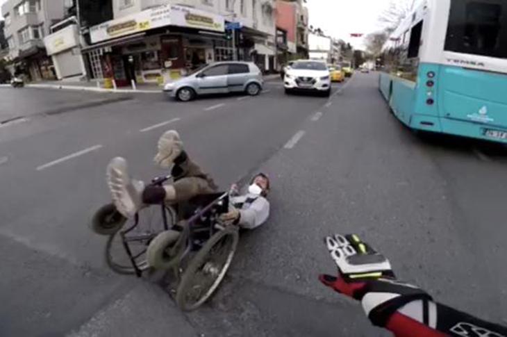 Yola Devrilen Engelli Adamı Kimse Kaldırmadı