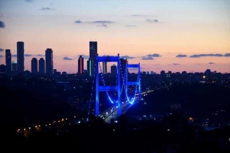 İstanbul'un Simge Köprüleri Mavi Renkle Işıklandırıldı