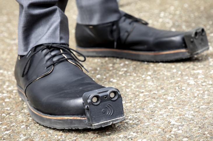 Görme Engelliler İçin Akıllı Ayakkabı Geliştirildi