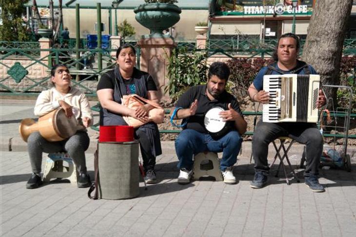 Engelli Sokak Sanatçıları Vatandaşların İlgi Odağı Oldu