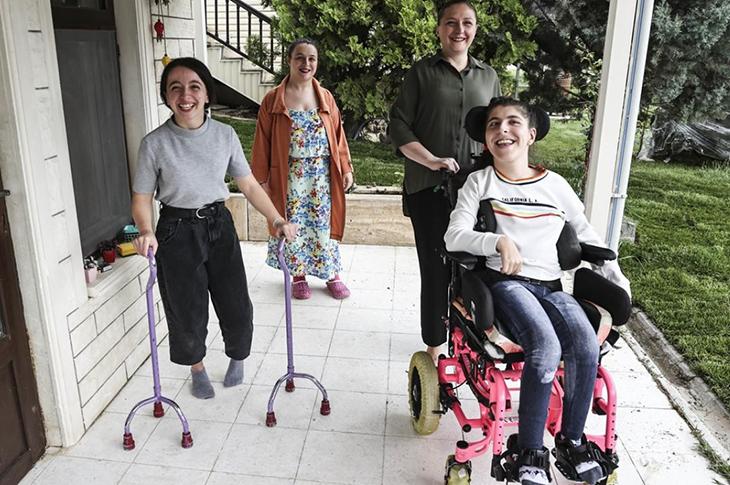 Serebral Palsili Üçüzler Anne Sevgisiyle Tüm Zorlukları Yendi