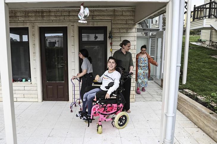 Anne Sinem Ersoy ve serebral palsili üç kızı zemin balkonda bulunuyor.