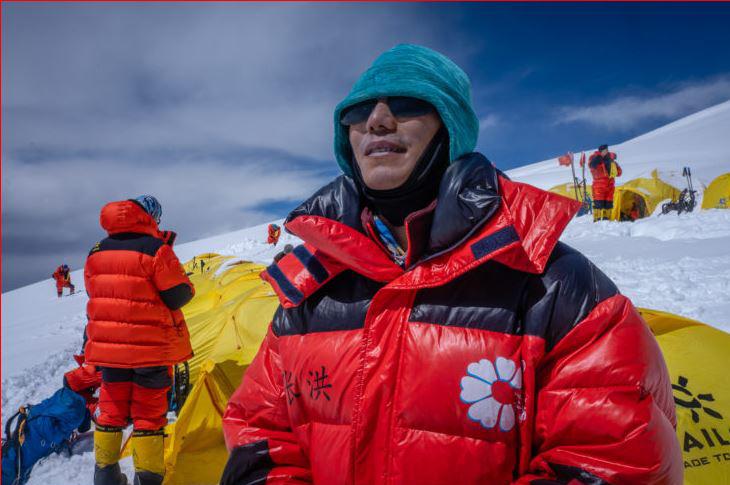 Görme Engelli Çinli Dağcı Everest'e Tırmandı