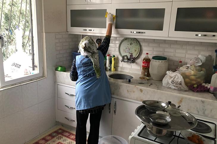 Akdeniz Belediyesi'nin Evde Temizlik ve Bakım Hizmeti Aralıksız Sürüyor