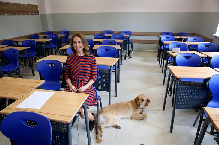 Görme Engelli Öğretmen Rehber Köpeğiyle Özgürce Geziyor