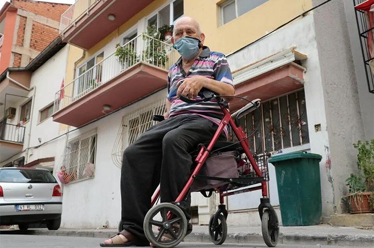 Denizli'de Bir Kadın Yürüteç Kullanan Engelliye Saldırdı