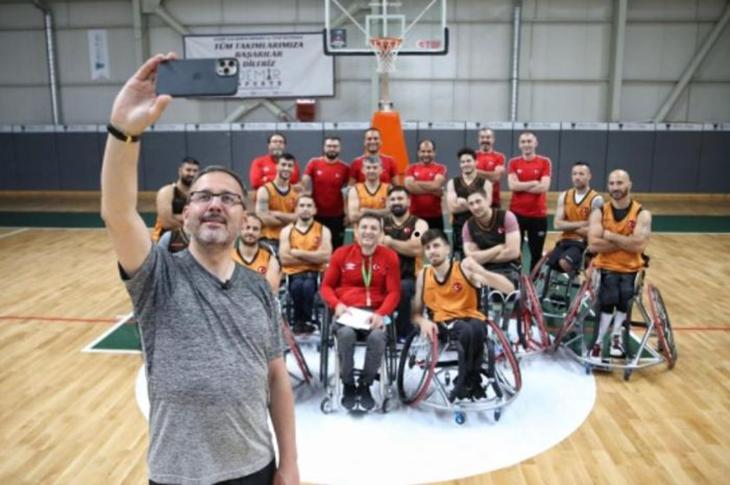 Bakan Kasapoğlu Paralimpik Sporcuları Ziyaret Etti