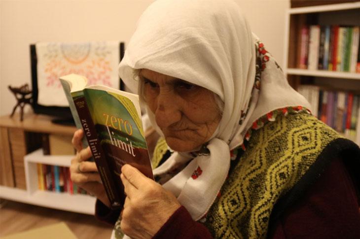 Görme Engeline Rağmen Her Gün En Az Bir Kitap Okuyor