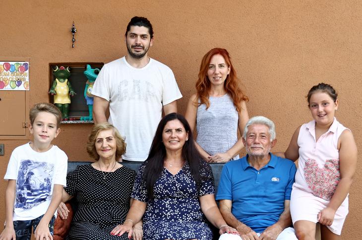 Ömür Kahraman'ın evlerinde tüm ailesi ile yan yana otururken çekilmiş resmi.